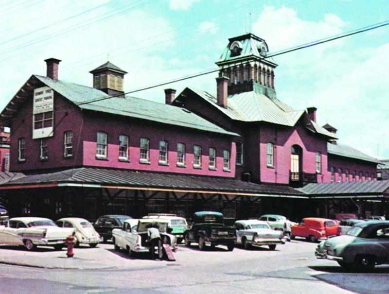Marché de Saint-Hyacinthe vers 1958. Carte postale, non datée, éditée par Photo Unic, avenue du Parc, Montréal, numéro: 72314-B 5062. Collection privée.