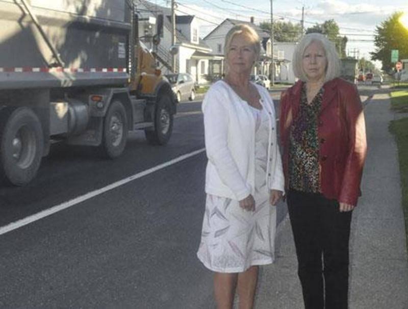 Pour les membres du comité de sécurité de la rue des Seigneurs Est, Andrée Corbeil (gauche) et Diane Laflamme (droite), le camionnage excessif doit cesser rapidement.