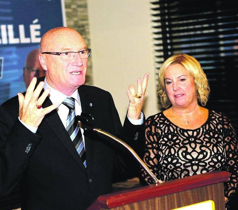 Le candidat consevateur défait dans Saint-Hyacinthe/Bagot, Réjean Léveillé, paraissait serein lorsqu'il s'est adressé à ses partisans, lundi soir. Photo Robert Gosselin | Le Courrier ©