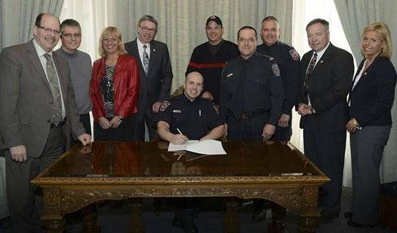 Les représentants des parties patronale et syndicale ont récemment apposé leur signature au bas de la nouvelle convention collective des pompiers et pompières.