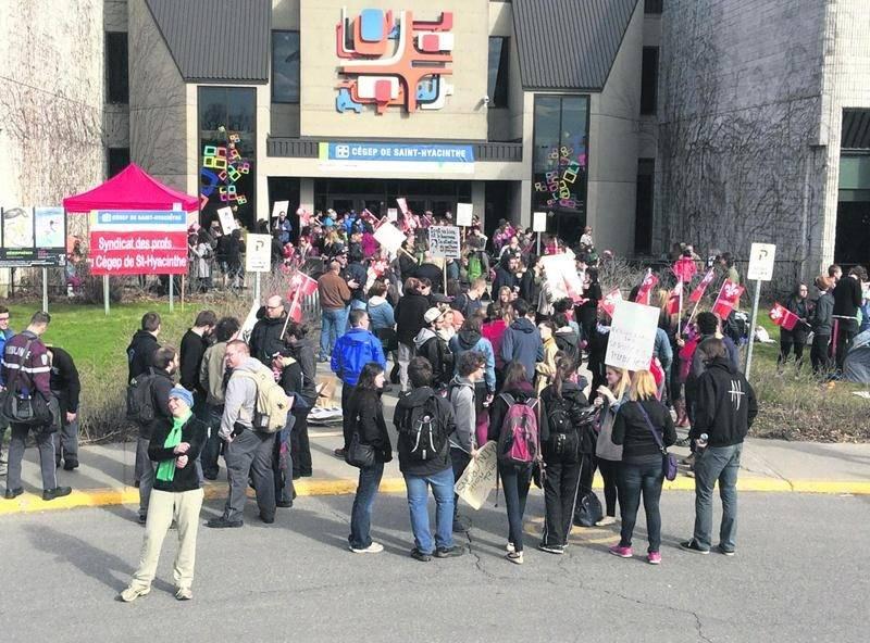 Plus d'une centaine de profs ont fait la grève sociale le 1er mai pour dénoncer les mesures d'austérité du gouvernement. Photo courtoisie