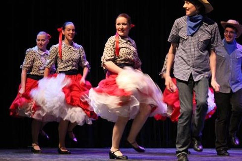La troupe principale des Chamaniers exécute une danse traditionnelle américaine.