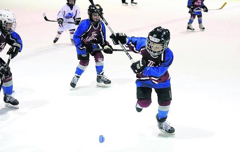 Les joueurs de la catégorie MAHG en sont à leurs premiers faits d'armes sur la glace. Photo Robert Gosselin | Le Courrier ©