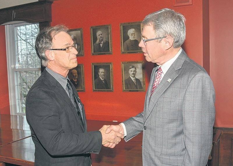 Richard Flibotte, président de la Commission scolaire de Saint-Hyacinthe, et Claude Corbeil, maire de Saint-Hyacinthe, ont fait le point jeudi dernier sur le dossier de la nouvelle école primaire.