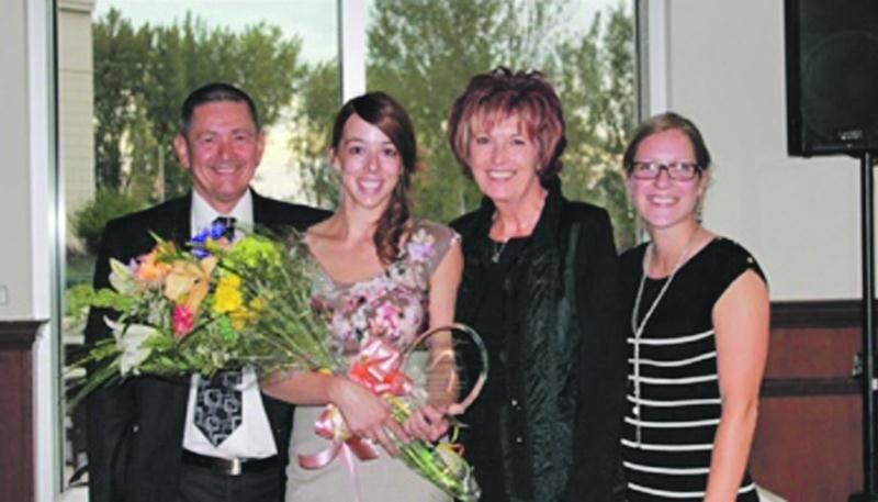 De gauche à droite : Daniel Cutti, président de l'ORIIM; Sophie Gamelin, Gabrielle Tourigny, vice-présidente de l'ORIIM; et Laury-May Boucher, secrétaire du Comité Jeunesse de l'ORIIM.