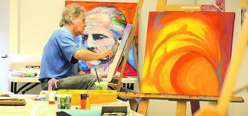 Les ateliers libres de peinture sont ouverts toute l'année les mardis et les vendredis au 3e étage du Centre culturel Humania Assurance. Jusqu'au 17 juillet, ils ne seront ouverts qu'à partir de midi. Photo François Larivière | Le Courrier ©