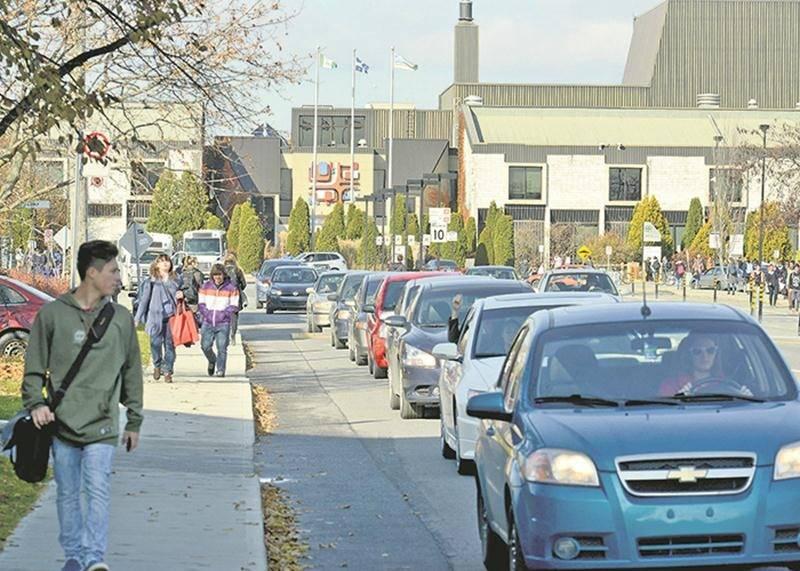 Le Cégep de Saint-Hyacinthe procédera à des changements dans son stationnement afin de réduire les files d'automobilistes... mais seulement à l'entrée. Pour une solution plus durable, il faudra attendre la seconde voie d'accès, prévue pour 2020. Photothèque | Le Courrier ©