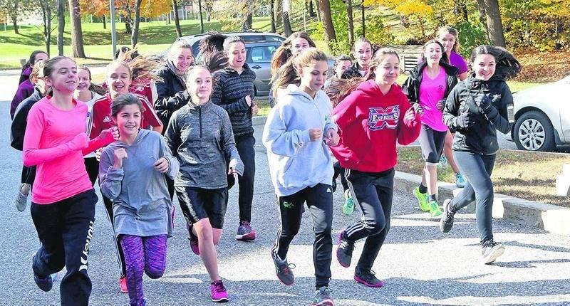 Les coureuses du Collège Saint-Maurice s'entraînent trois fois par semaine en vue du Grand Défi Pierre Lavoie - course au secondaire tenu en mai. Photo Robert Gosselin   Le Courrier ©