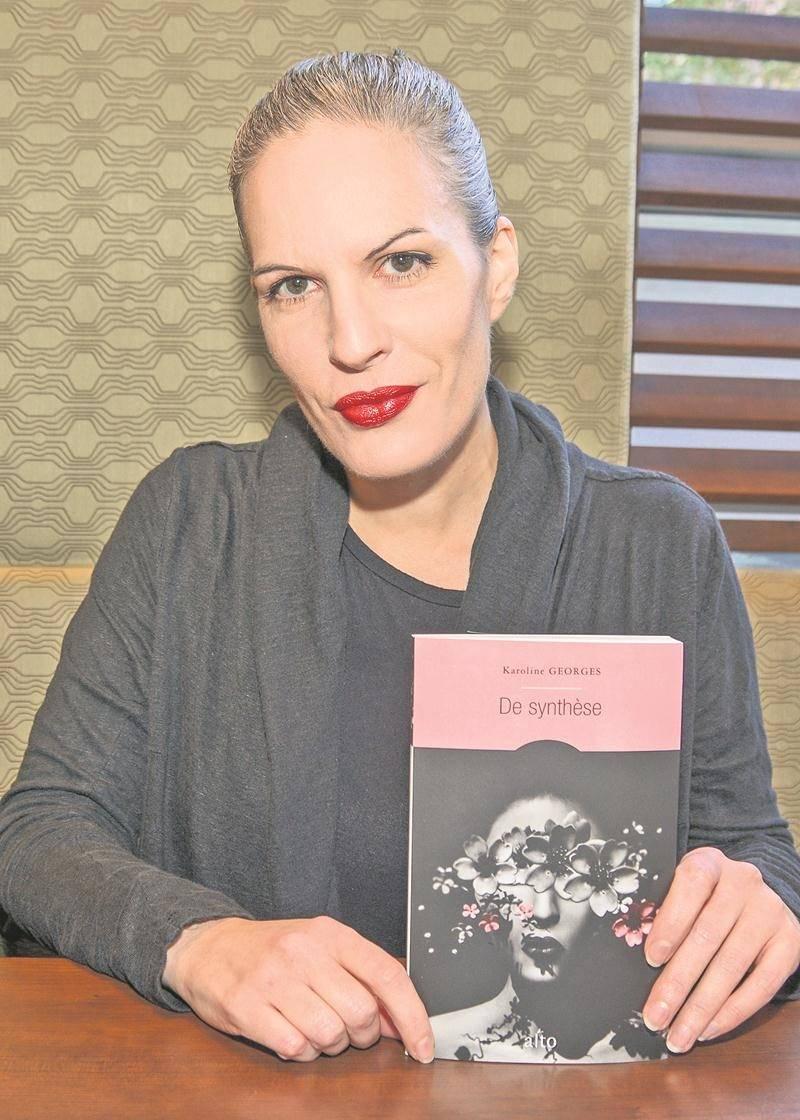 De synthèse, 4e roman pour la Maskoutaine d'adoption Karoline Georges, utilise comme couverture Perpetual Pink, photographie virtuelle créée dans le cadre du projet lié à Anouk A. Le livre a suffisamment retenu l'attention pour être en sélection pour le Prix des libraires 2018. Photo François Larivière | Le Courrier ©
