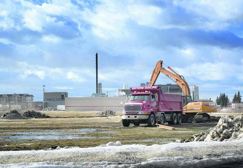 Une pelle mécanique est à l'oeuvre sur le terrain où sera érigée la future tour à bureaux construite par le Groupe Robin. Photo François Larivière   Le Courrier ©