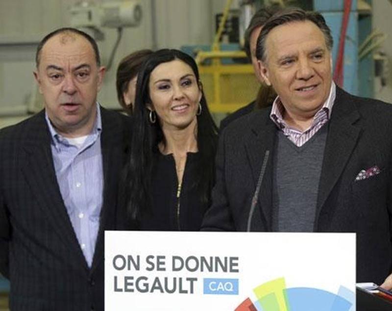 Le chef caquiste François Legault, entouré de ses candidats dont Chantal Soucy (à gauche), a profité de son passage à Saint-Hyacinthe pour promettre l'annulation de la hausse des tarifs d'électricité.