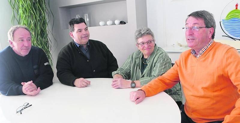 Le candidat Gilles Carpentier (à droite) est appuyé par les conseillers Jean-Guy Chassé, Daniel Choquette et Lise Cadieux. Photo Robert Gosselin | Le Courrier ©