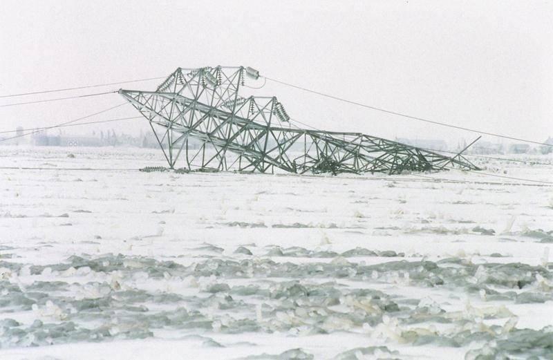 Le long délai avant que les clients d'Hydro-Québec ne soient rebranchés en 1998 s'expliquait par la chute de nombreux pylônes sur le réseau. Photothèque - Patrick Deslandes | Le Courrier ©