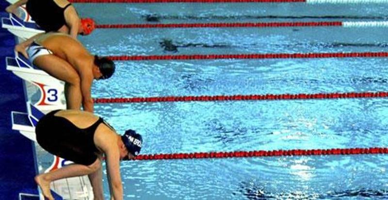Les 1<sup>er</sup>, 2 et 3 mars, se tiendra le Championnat provincial Junior et Senior regroupant les meilleurs nageurs de la province âgés de 15 ans et plus. On y verra tous les styles de nage : papillon, dos crawlé, brasse et crawl (style libre) sur des distances variées, de même que des courses et des courses à relais. Une compétition relevée où vous serez témoin de l'agilité et de l'endurance des athlètes. À noter que les périodes de bain libre sont annulées dans le bassin compétitif pendant