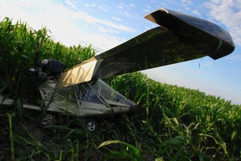 Le pilote d'un avion ultraléger a été forcé d'atterrir d'urgence dans un champ de maïs du secteur Douville, le jeudi 28 juillet, quelques secondes à peine après avoir décollé de l'Aéroport de Saint-Hyacinthe. En début de soirée, l'homme de 49 ans s'élançait de la piste à bord de son biplace lorsqu'un problème mécanique a entraîné une baisse de puissance du moteur. Ce faisant, l'avion n'a jamais été en mesure de prendre de l'altitude. Le pilote a alors effectué un virage pour éviter de traverser