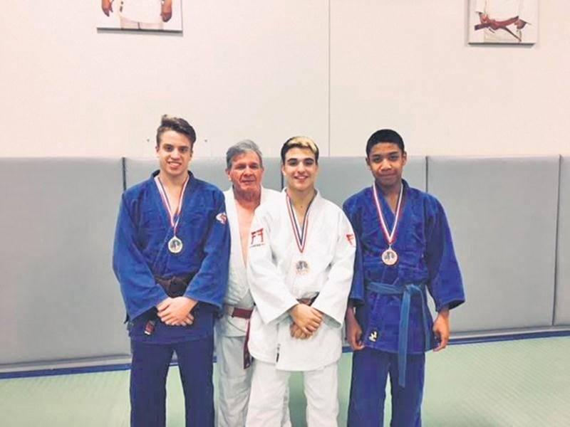 Sur la photo, les médaillés de la Coupe Louis-Page, Vincent Gamache, Félix Archambault et Faniry Andrianamanana, accompagnés par l'entraîneur Louis Graveline. Photo Courtoisie