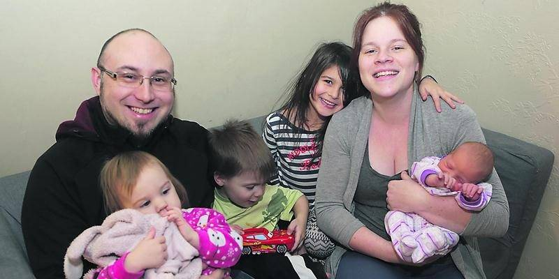 Mia, 22 mois, Enzo, 3 ans, et Cloey, 7 ans, sont très heureux d'avoir une nouvelle petite soeur parmi eux. Photo Robert Gosselin | Le Courrier ©