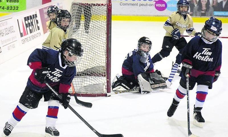 Pas moins de 48 équipes de joueurs âgés de 5 et 6 ans ont foulé la glace du Stade L.-P.-Gaucher au cours de la fin de semaine. Photo François Larivière | Le Courrier ©