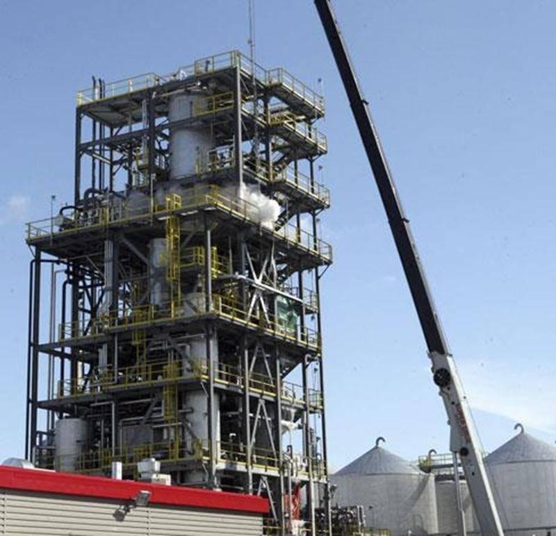 Une grue a été installée sur le terrain de l'usine de recyclage des huiles usées de Saint-Hyacinthe pour faciliter l'entretien annuel des équipements.