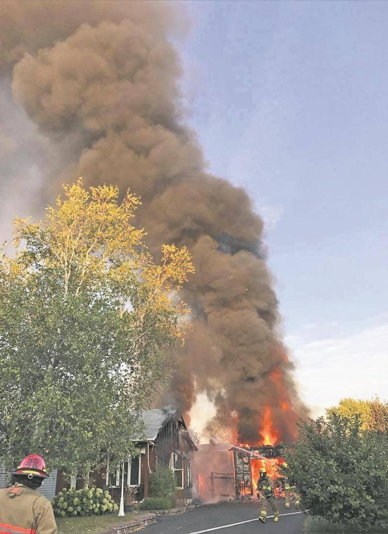 Un imposant panache de fumée était visible à des kilomètres à la ronde.  Photo courtoisie
