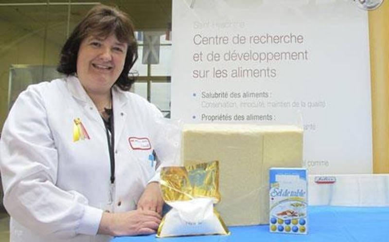 Annie Caron, adjointe de recherche au Centre de recherche et de développement sur les aliments (CRDA), tente avec son équipe de réduire la teneur en sel des fromages pour favoriser la santé. Sur la photo, ce gros bloc de fromage de 12 kg représente la consommation annuelle moyenne d'un Canadien, incluant du même coup une consommation moyenne de 240 g de sel présents dans cette quantité de fromage. Des dizaines d'activités captivantes seront présentées lors des portes ouvertes du CRDA qui se tien