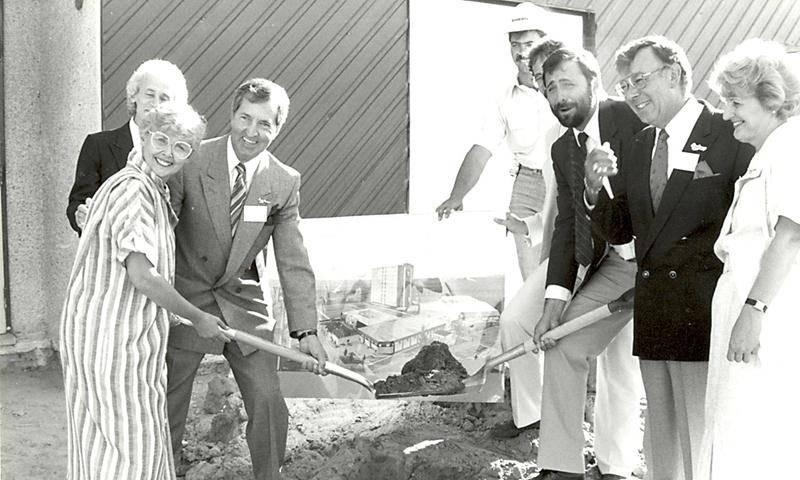 Les dignitaires rassemblés pour la pelletée de terre lançent les travaux de la tour. M. Daigle est le second à partir de la droite. Photothèque | Le Courrier ©
