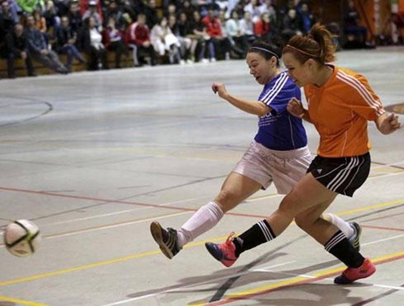 Le FC Saint-Hyacinthe (en orange) s'est rendu jusqu'en finale de la classe féminine du tournoi, mais s'est incliné face à une formation lavaloise.