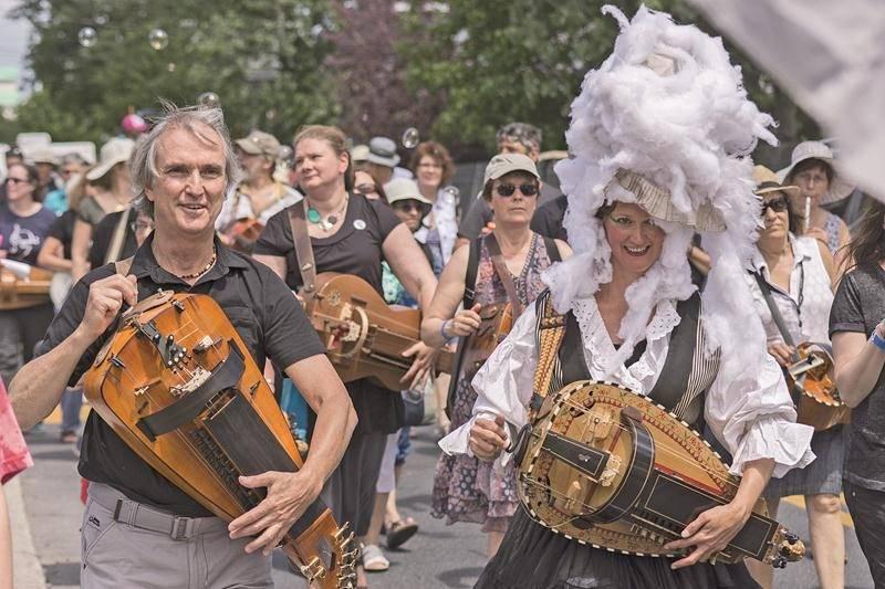 Le « défilé des chanteurs, musiciens et curieux » a lieu cette année le dimanche 2 juillet dès 12 h 30 à l'église Saint-Antoine.  Photo Guillaume Morin