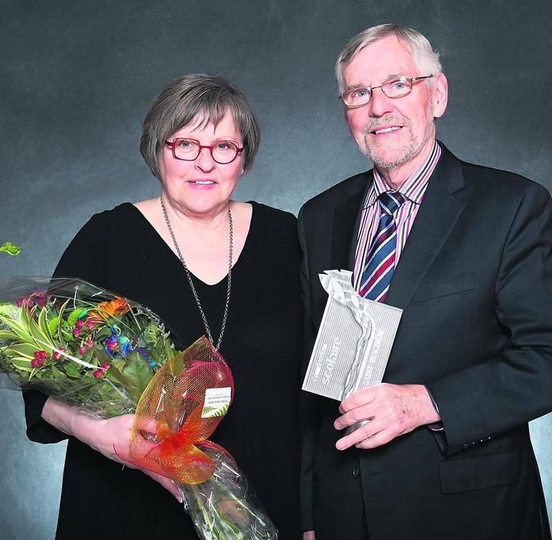 France Martin, vice-présidente de la CSSH, avec le lauréat au cercle honorifique, Claude Bernier. Photo Patrick Roger
