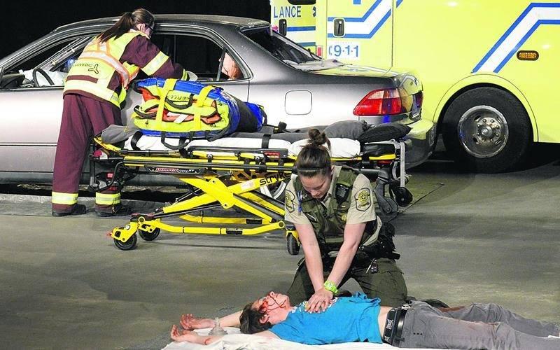 Dans l'accident simulé, une seule personne est décédée. Le jeune homme n'avait pas bouclé sa ceinture et a été éjecté lors de l'impact. Photo François Larivière | Le Courrier ©