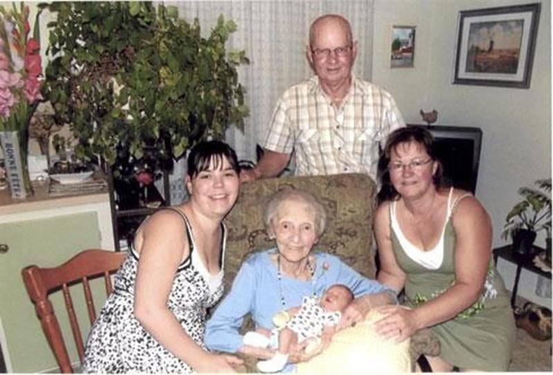 Félicitations à Rose Pelletier-Lagacé qui est arrière-arrière grand-mère pour la quatrième fois. On la voit sur la photo avec son fils Jean-Guy, sa petite-fille Mireille, son arrière-petite-fille Valérie et son arrière-arrière-petit-fils Loïc.