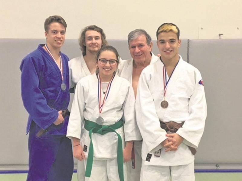 Sur la photo, on retrouve Vincent Gamache, Benjamin Daviau, Alyssa Bellavance, l'entraîneur Louis Graveline et Félix Archambault. Photo Courtoisie