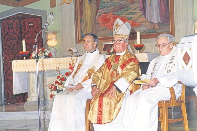 Souvenir de la cérémonie du 50e anniversaire de l'église du Précieux-Sang, en compagnie de l'abbé René Beaugrand (à gauche) et de l'évêque Louis de Gonzague Langevin, en 1988.  Photo Centre d'histoire de Saint-Hyacinthe