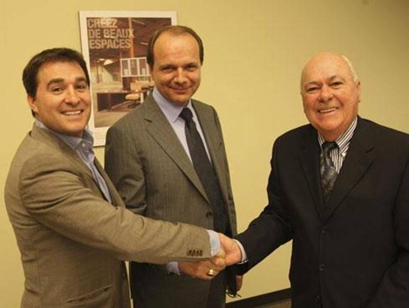 Poignée de mains symbolique entre Robin Lacasse, Sylvain Garneau et Guy Lacasse, les trois nouveaux actionnaires du Groupe Lacasse.