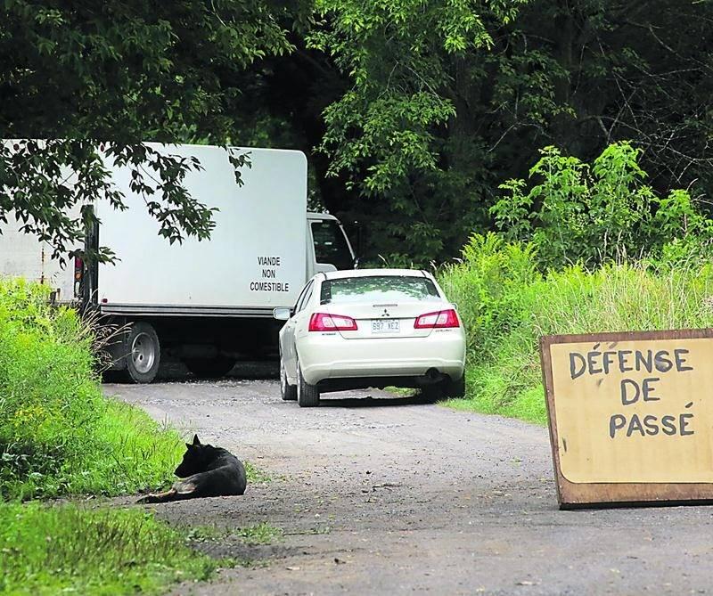 L'éleveur de visons et de renards de Saint-Jude, soupçonné de maltraitance envers les animaux, a bloqué l'accès à sa propriété depuis la semaine dernière.  Photo Robert Gosselin | Le Courrier ©