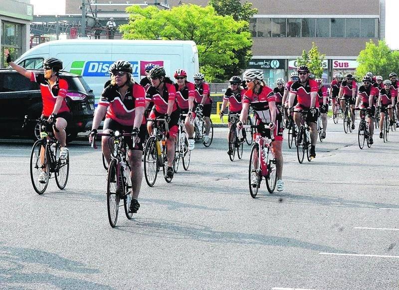 Le 5e Tour cycliste de la Banque Nationale, lancé à Saint-Hyacinthe, a permis de remettre 7 500 $ à l'ÉSSJ sur les 125 000 $ amassés. Photo Martin Grenier | Le Courrier ©