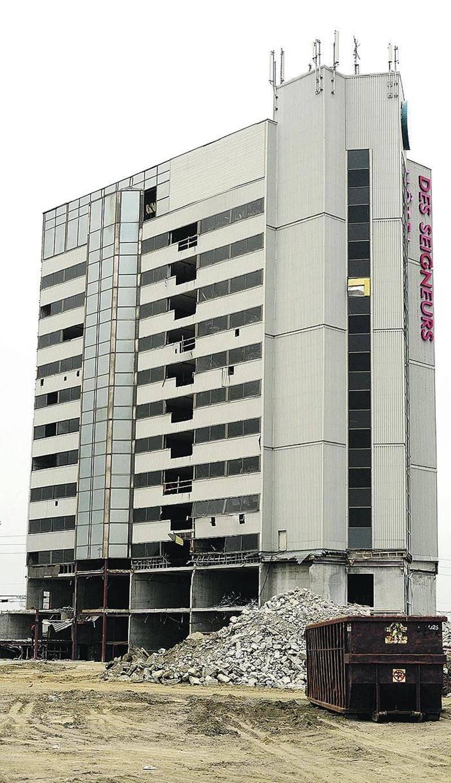 Débuté en juin 2014, le chantier de démolition de l'Hôtel des Seigneurs de Saint-Hyacinthe progresse à pas de tortue. Photothèque | Le Courrier ©
