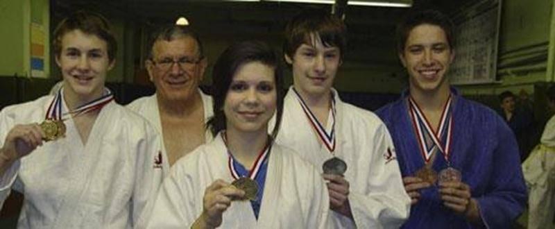 Sur la photo, les médaillés de la Super Coupe Québec : Benjamin Daviau, l'entraîneur Louis Graveline, Sandrine Fournier, Samuel Daviau et Jérémie Poirier