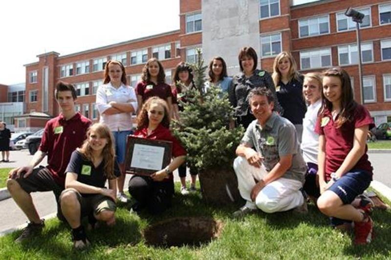 Le Comité Environnement de l'École secondaire Saint-Joseph s'associe au projet Carbone boréal de l'Université du Québec à Chicoutimi en calculant le nombre d'arbres abattus pour sa consommation en papier et en s'engageant à en planter tout autant. Pour la seule année scolaire 2009-2010, l'ÉSSJ estime avoir utilisé 12 tonnes de papier pour répondre à ses besoins en photocopies, soit un peu plus de 227 arbres. Le 6 juin, l'école a procédé à la plantation de deux arbres symboliques devant son entré
