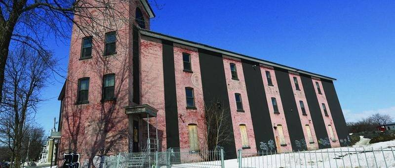Tout indique que l'ancienne usine E.T. Corset sera le prochain morceau du patrimoine architectural maskoutain à disparaître du décor.  Photo Robert Gosselin | Le Courrier ©