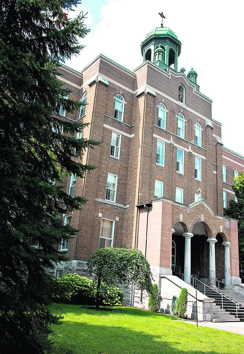 Le Groupe Robin a fait l'acquisition de la Maison-mère des Soeurs de Saint-Joseph de Saint-Hyacinthe dans le but de le transformer en 123 logements au cachet historique.