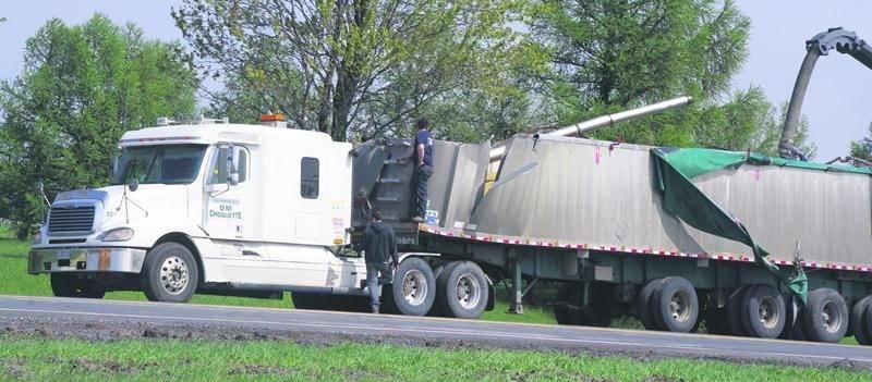 On ignore toujours comment le camion a heurté le viaduc alors qu'il circulait sur l'autoroute 20.  Photo Dominique St-Pierre
