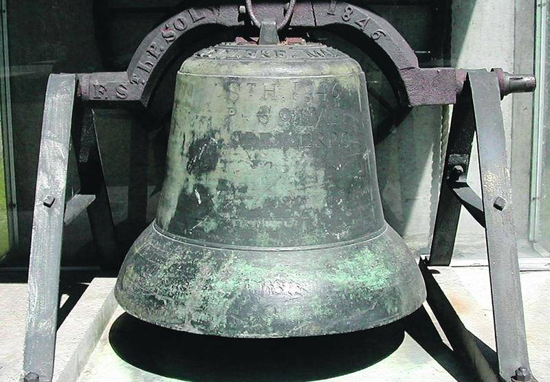 Datant de 1784, la plus vieille cloche de Saint-Hyacinthe reposait depuis 1977 dans ce monument créé à l'occasion de la fête du bicentenaire de la paroisse-mère de Saint-Hyacinthe. Photo François Larivière | Le Courrier ©