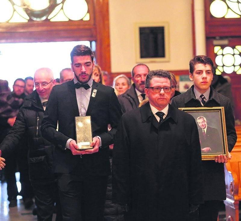Les petits-fils de Clément Rhéaume, Alec (à droite sur la photo) et Nicolas Landry-Rhéaume ont ouvert le cortège funèbre suivi des proches du défunt. Photo Robert Gosselin | Le Courrier ©