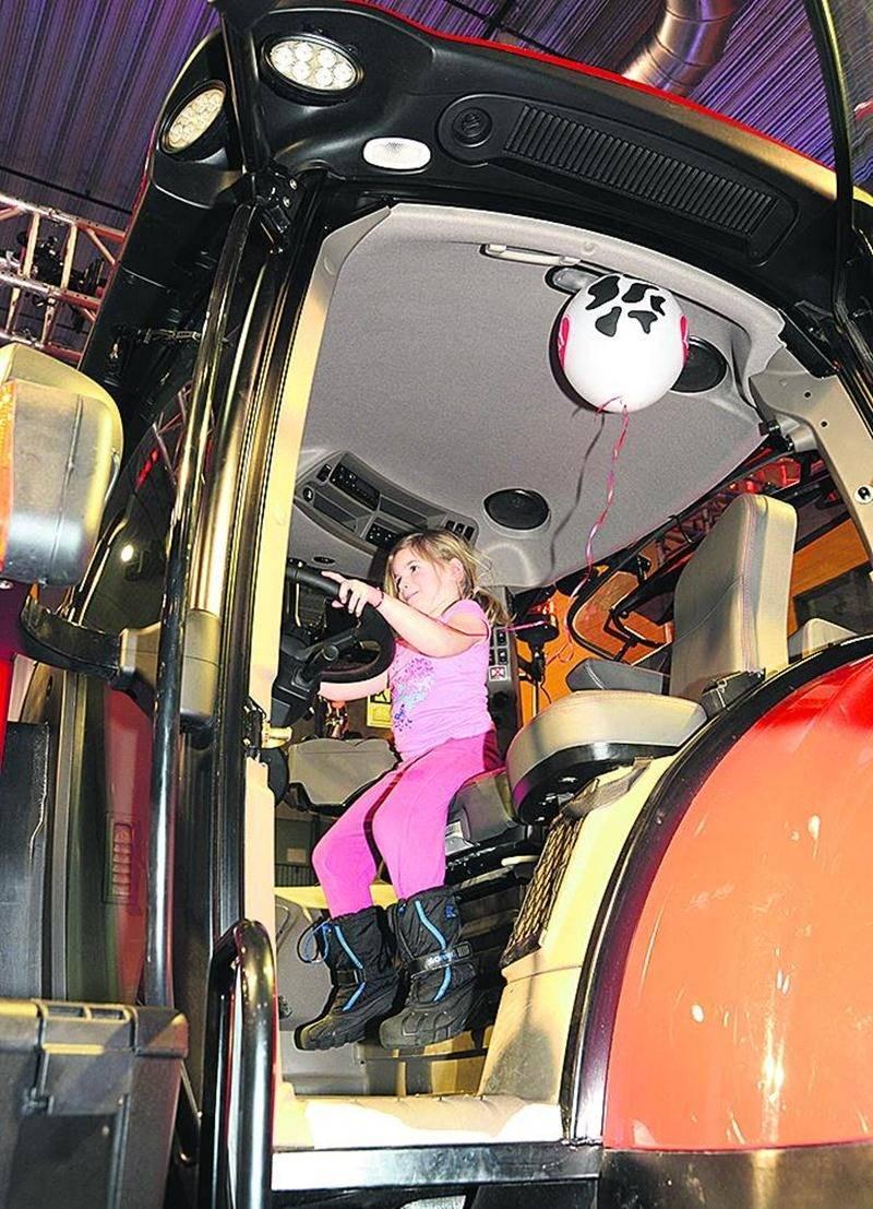Peu importe si les pieds de cette fillette ne touchent pas les pédales. Le plaisir reste entier de vouloir conduire un imposant tracteur.Photo François Larivière | Le Courrier ©
