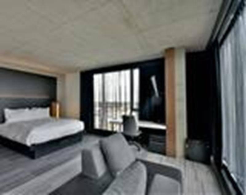 Dans chaque chambre, on retrouve le concept industriel caractéristique de la bannière Grand Times Hôtel. Photo François Larivière | Le Courrier ©