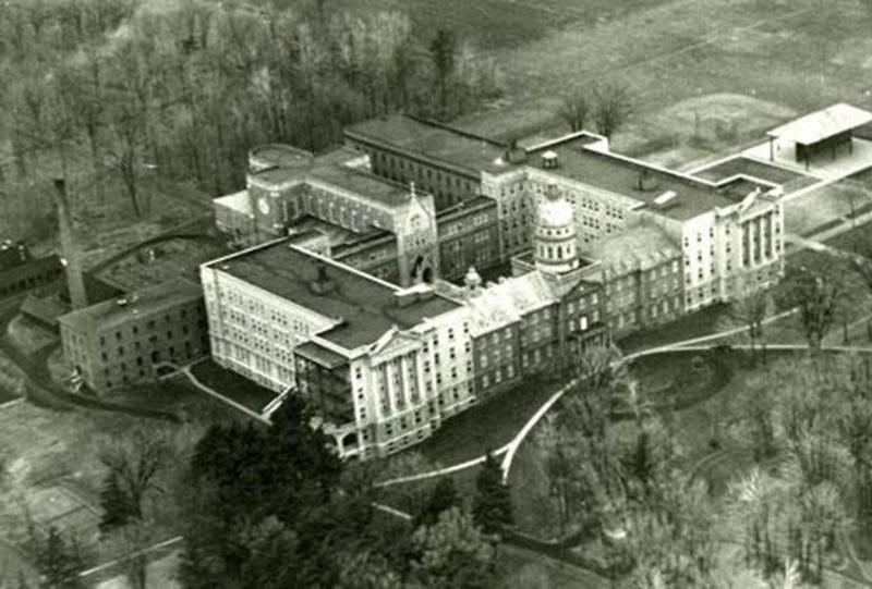 Vue à vol d'oiseau du Séminaire de Saint-Hyacinthe vers 1950, où on aperçoit l'ancienne façade avec sa coupole (Archives CHSH).