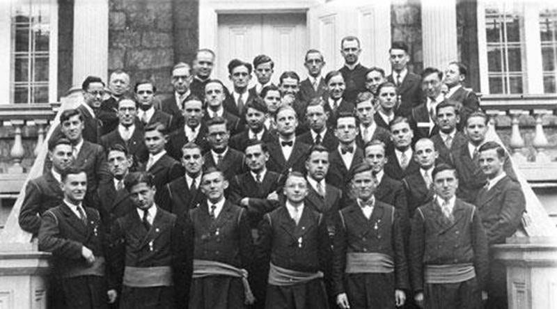 Classe des finissants de 1931-1932. M. Lafond est identifié par une flèche blanche.