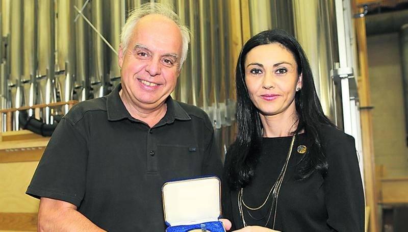Le directeur artistique des orgues Casavant Frères, Jacquelin Rochette, a reçu la Médaille de l'Assemblée nationale, une distinction offerte par la députée Chantal Soucy.   Photo Robert Gosselin | Le Courrier ©