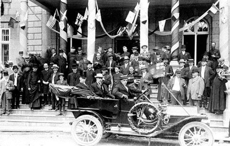 Arrivée des dignitaires, dont le lieutenant-gouverneur du Québec Sir François Langelier, lors des fêtes du centenaire du Séminaire de Saint-Hyacinthe le 20 juin 1911 (Archives CHSH).